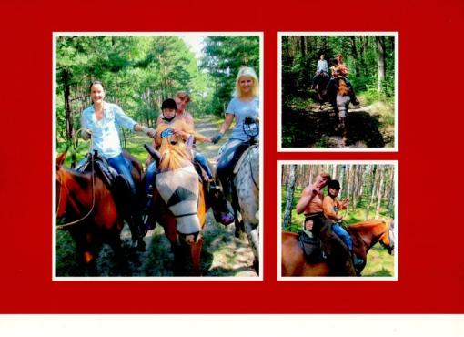 Mutter und Kind gemeinsam auf dem Pferd im Wald unterwegs